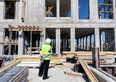 20019343-director-de-una-obra-de-construcción-en-busca-de-una-estructura